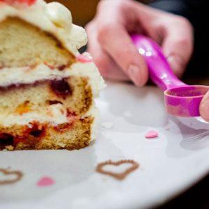 Zanimljiva kašičica za dekorisanje kafe, sitnih kolača i torti
